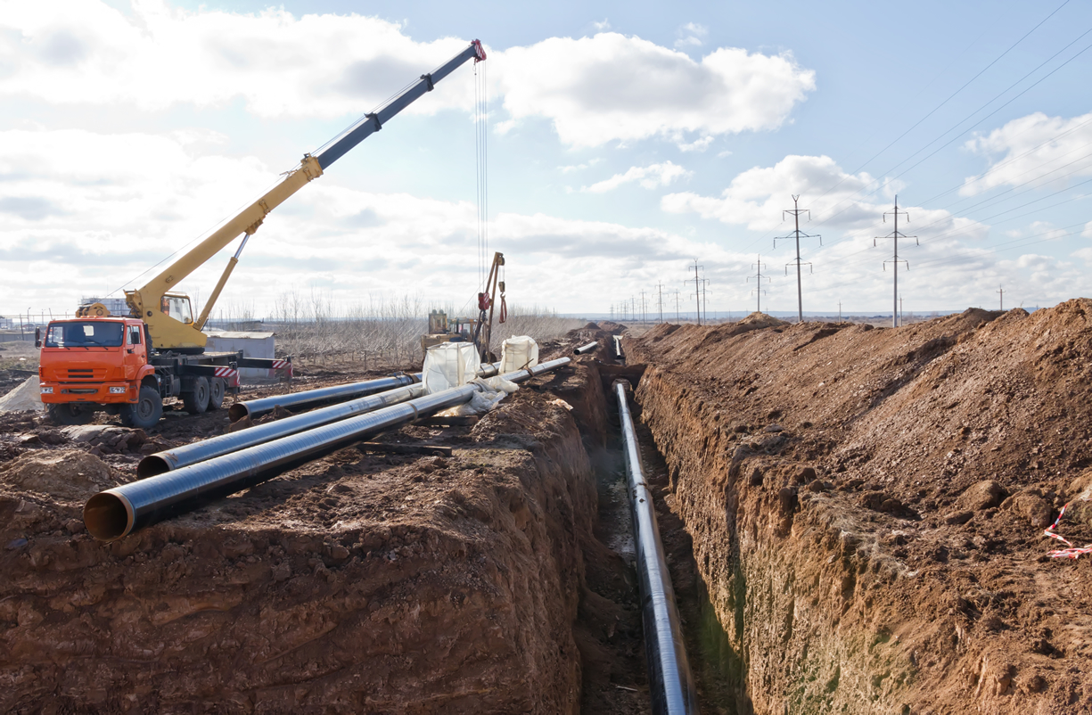 Pipeline construction with ditch and crane
